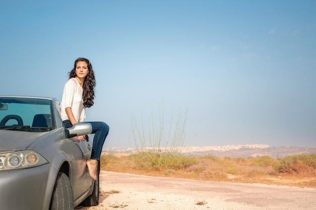 Frau mit einem sportwagen