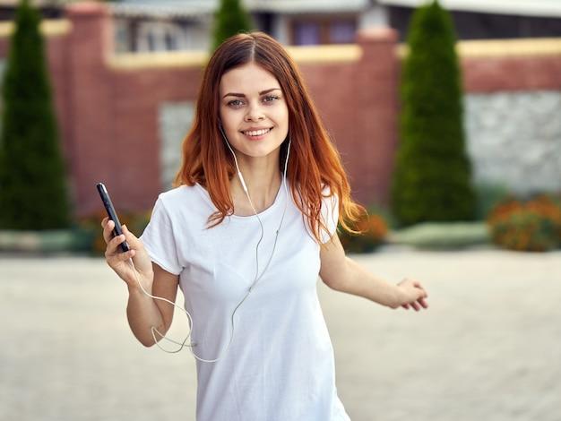 Frau mit einem telefon, das musik hört