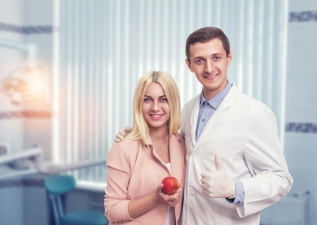 Frau mit einem zahnarzt