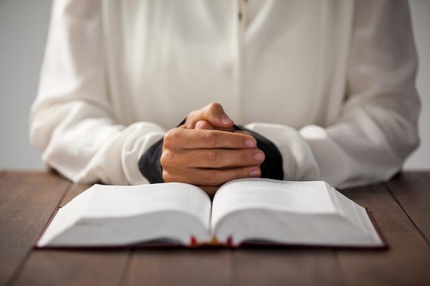 Frau mit einer bibel