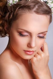 Frau mit einer blumenverzierung in ihrem haar