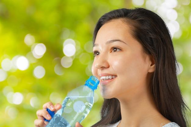Frau mit einer flasche wasser