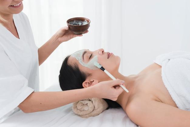 Frau mit einer gesichtsmaske in einem badekurort