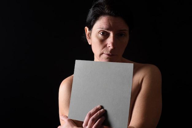 Frau mit einer grauen tafel