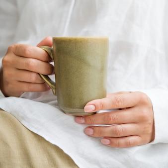 Frau mit einer kaffeetasse