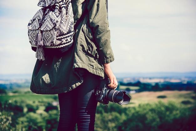 Frau mit einer kamera in der natur