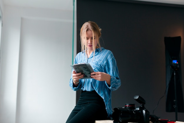 Frau mit einer leidenschaft für fotografie