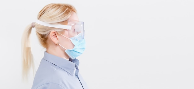 Frau mit einer medizinischen maske zum schutz vor influenza. geringe schärfentiefe. kopieren sie platz für ihren text.