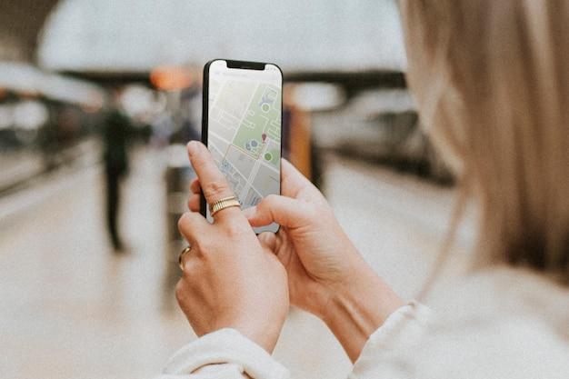 Frau mit einer navigationskarte