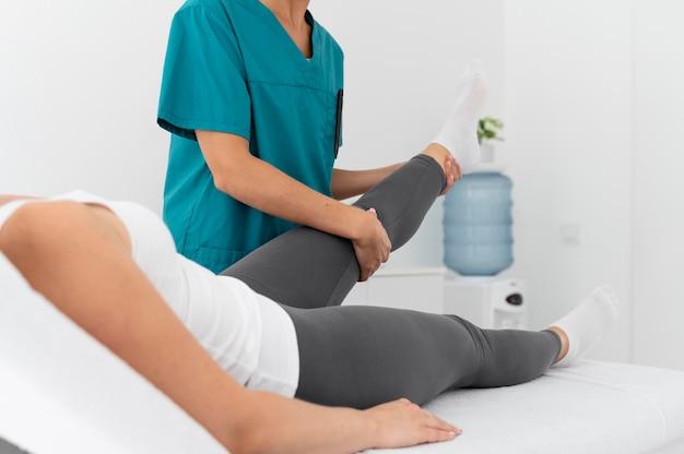 Frau mit einer physiotherapie-sitzung in einer klinik