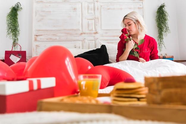 Frau mit einer roten rose am valentinstag