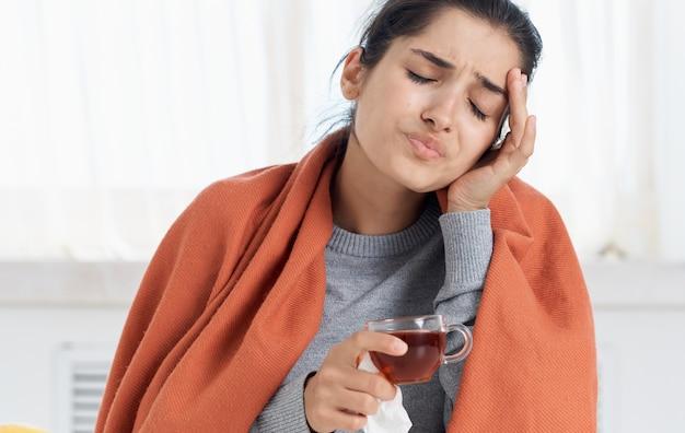 Frau mit einer tasse heißem getränk gesundheitsprobleme laufende nase