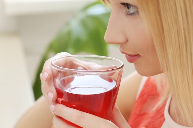 Frau mit einer teetasse