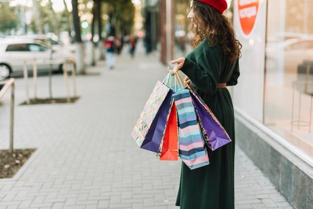 Frau mit einkaufstaschen am fall auf straße