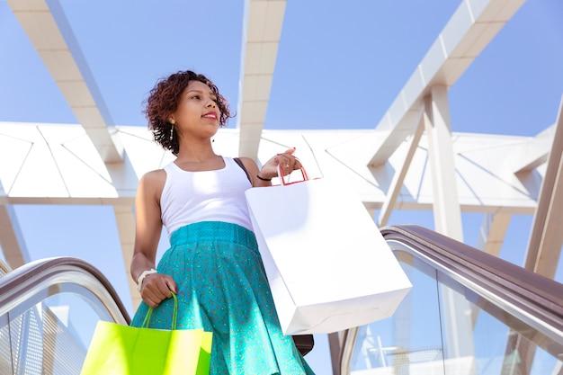 Frau mit einkaufstüten im einkaufszentrum
