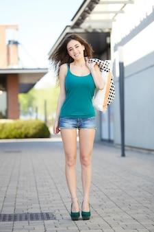 Frau mit einkaufstüten spazieren