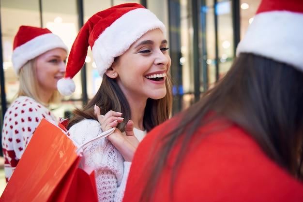 Frau mit einkaufstüten voller wundervoller geschenke
