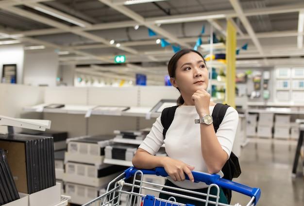 Frau mit einkaufswagen am speicher