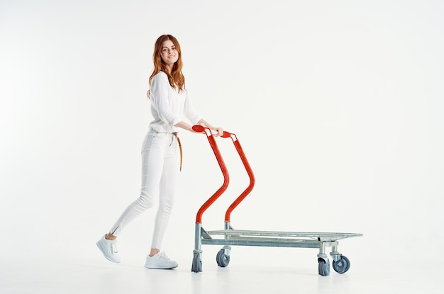 Frau mit einkaufswagen zum transport eines großen supermarkts