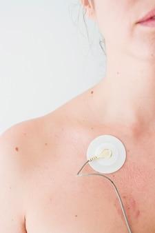 Frau mit elektrode am körper