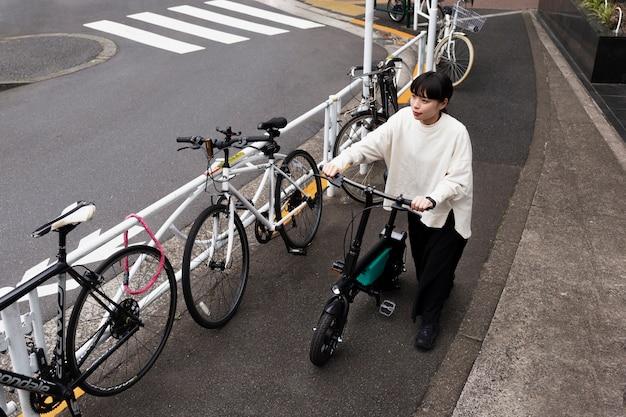Frau mit elektrofahrrad in der stadt