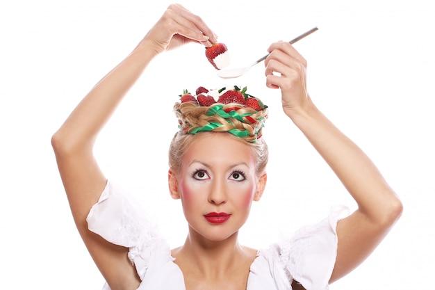 Frau mit erdbeere in ihrer frisur