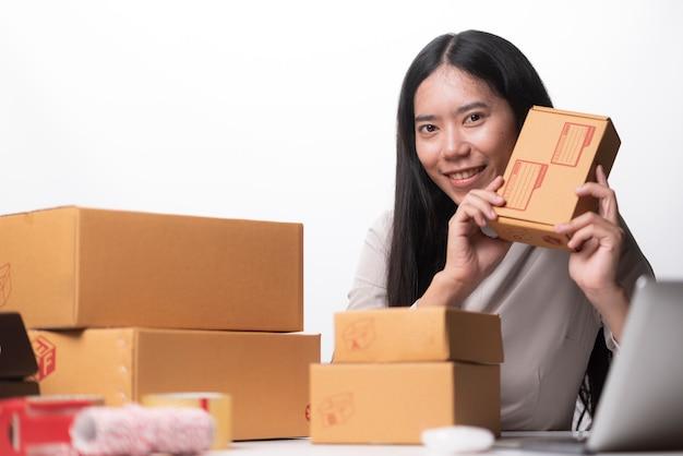 Frau mit erfolg das exportgeschäft oder die onlineverkäufe im konzept von sme