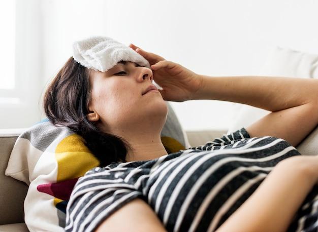 Frau mit erkältung und hohem fieber