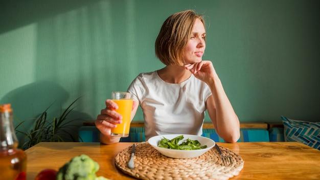 Frau mit essen