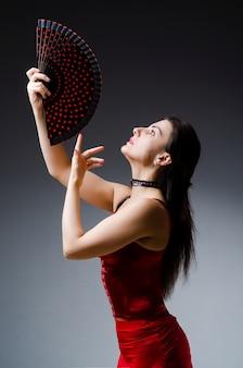 Frau mit fächertanztänzen