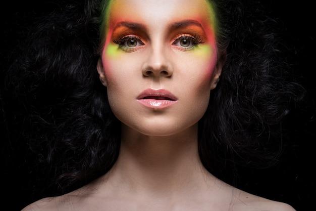 Frau mit farbigem make-up