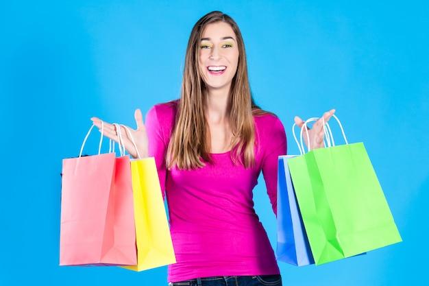 Frau mit farbigen einkaufstüten
