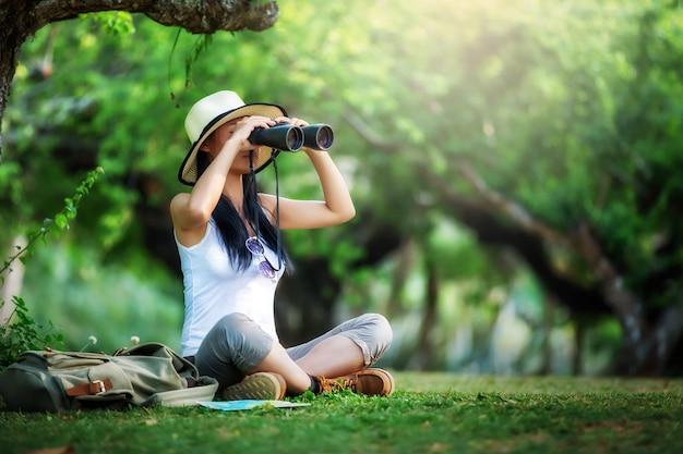 Frau mit fernglas und teleskop