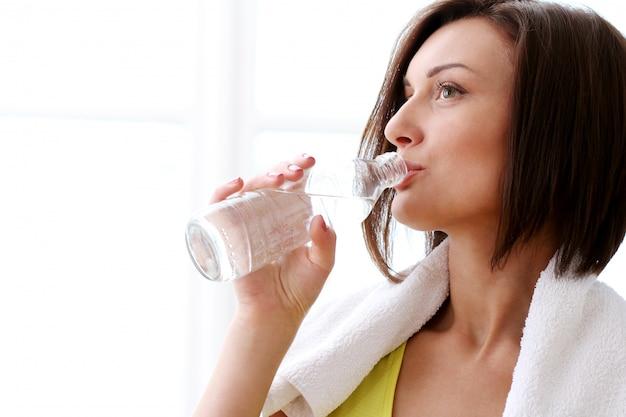 Frau mit flasche frischem wasser