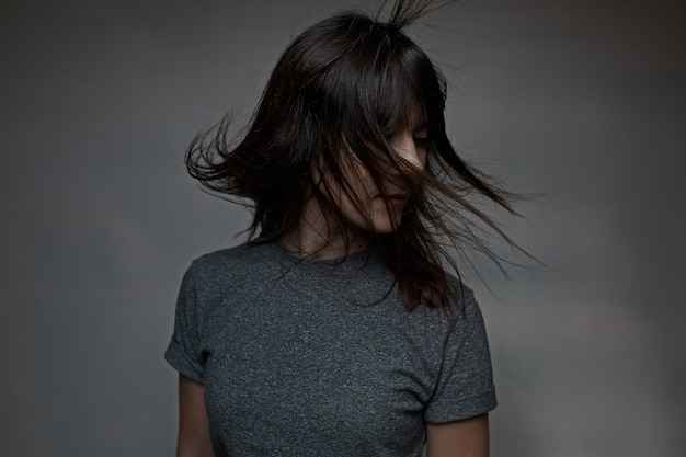 Frau mit fliegenden haaren