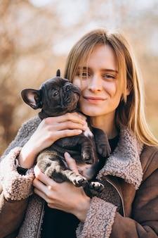 Frau mit französischer bulldogge
