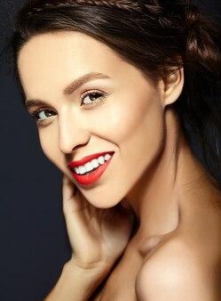 Frau mit frischem täglichen make-up und rosa lippen