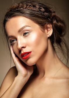 Frau mit frischem täglichen make-up und roten lippen