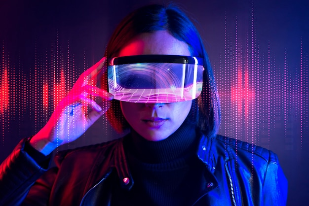 Frau mit futuristischer technologie der datenbrille