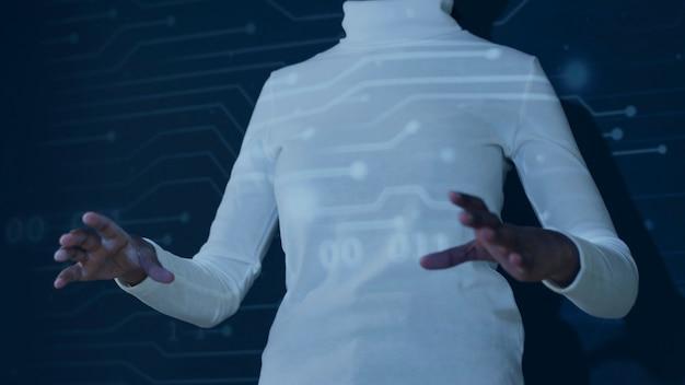 Frau mit futuristischer technologie des virtuellen bildschirms using