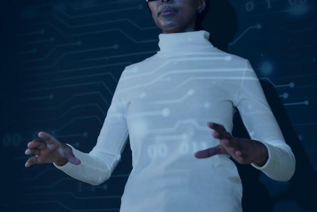 Frau mit futuristischer technologie des virtuellen bildschirms