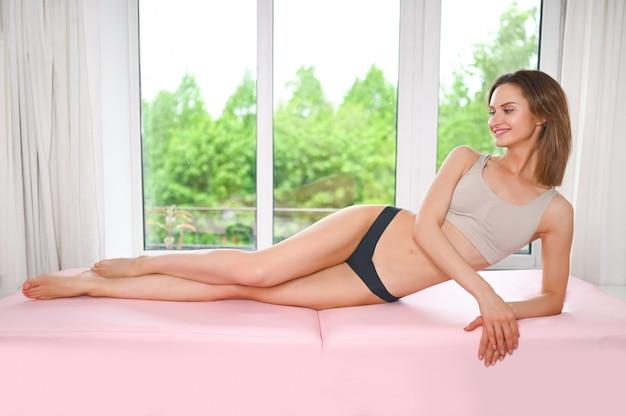 Frau mit gebräunten beinen mit perfekter glatter weicher haut