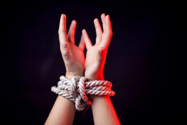Frau mit gebundenen händen. frauengewaltkonzept