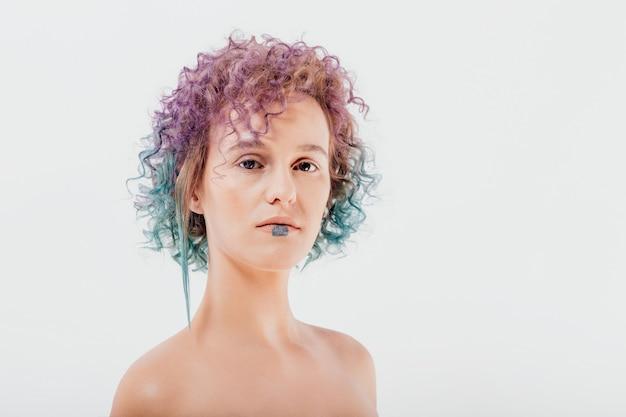 Frau mit gefärbten haaren. mädchen mit make-up und frisur