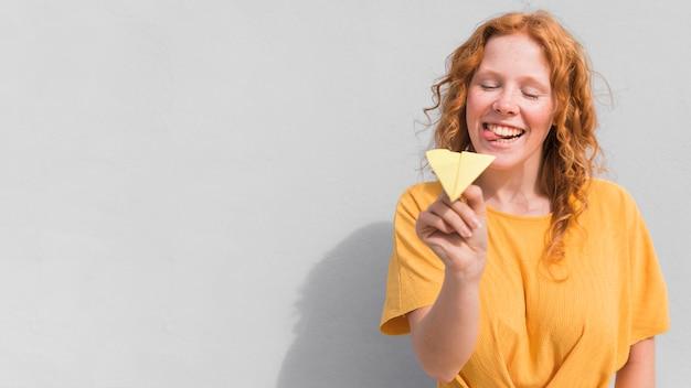 Frau mit gelbem kleid und flugzeug