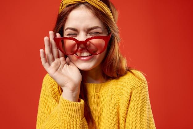 Frau mit gelbem stirnband rote brille mode gelben pullover