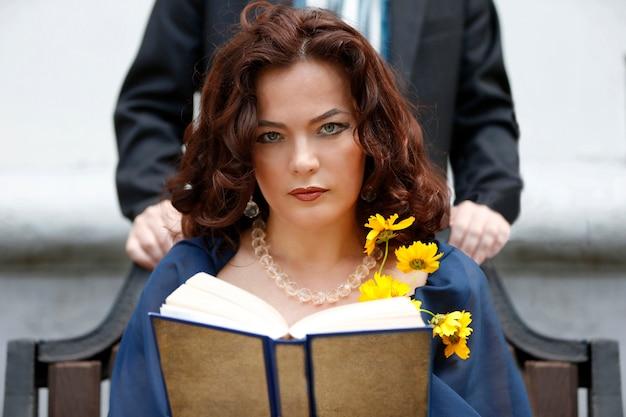 Frau mit gelben blumen. frau ist eine geliebte.