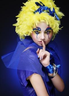 Frau mit gelber perückenfeder