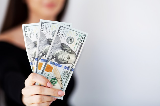 Frau mit geld am arbeitsplatz. unternehmenskonzept