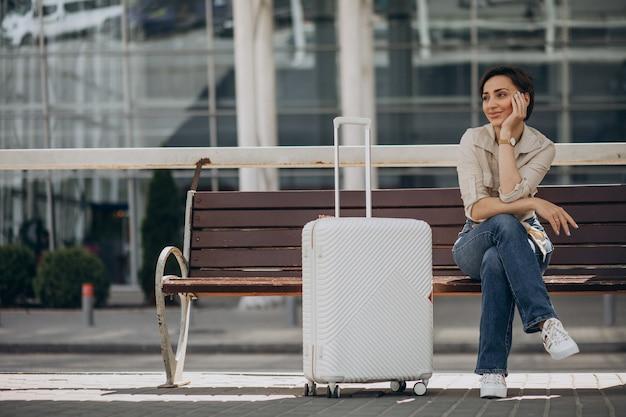 Frau mit gepäck am flughafen